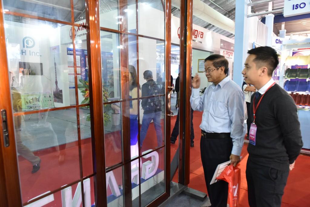 Khách hàng tham quan gian hàng của Nhôm Đô Thành tại triển lãm.