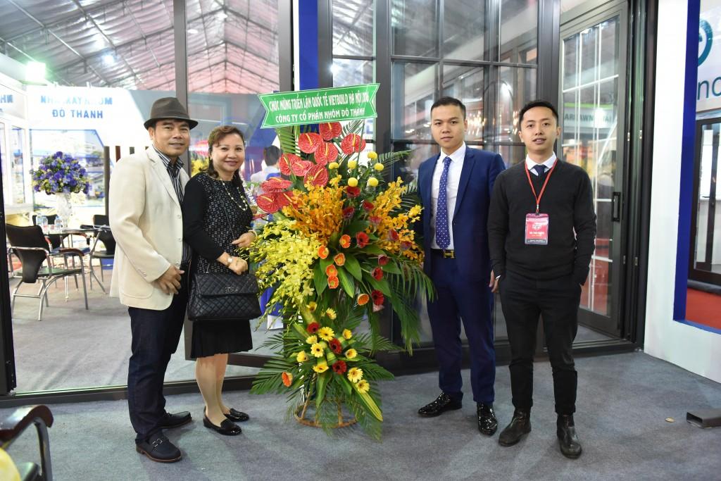 Ông Nguyễn Thái Sơn - Giám đốc kinh doanh công ty nhận Cup vàng tại triển lãm.