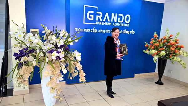 Đại diện tổ chức GIC trao tặng kỷ niệm trương cho Lãnh đạo Nhôm Đô Thành