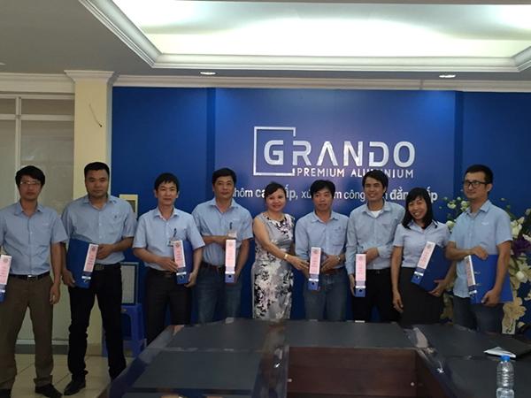 Bà Lê Ánh Tuyết – Phó Tổng Giám Đốc trao tài liệu ISO 9001:2015 cho các Trưởng các phòng ban, phân xưởng
