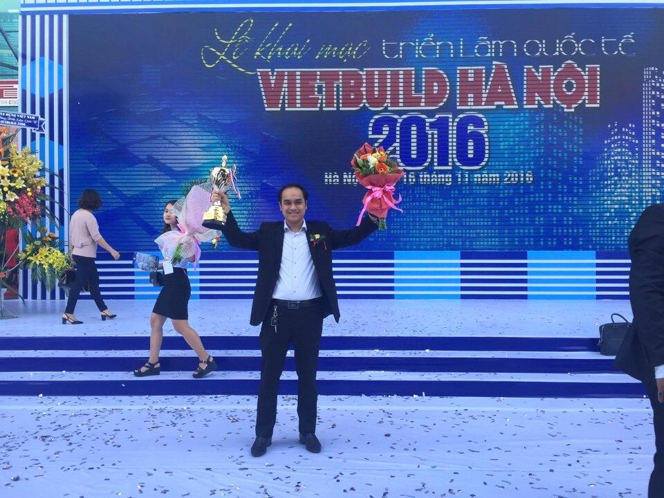 Đại diện Nhôm Đô Thành nhận Cup và quà lưu niệm tại Vietbuild 11/2016.