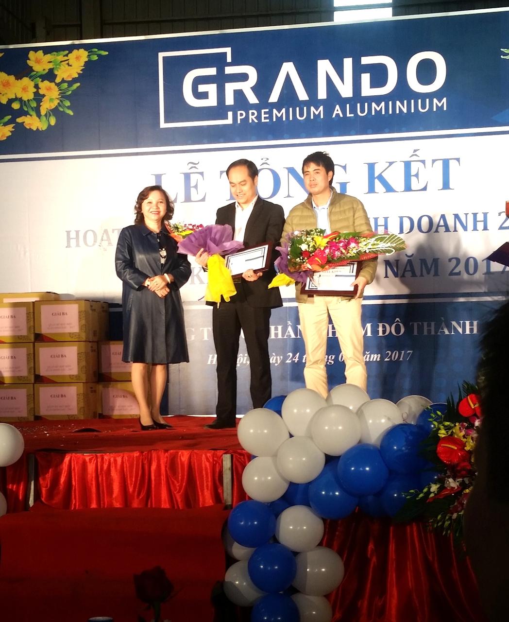 Phó TGĐ Lê Ánh Tuyết trao thưởng cho quản lý và tập thể xuất sắc.
