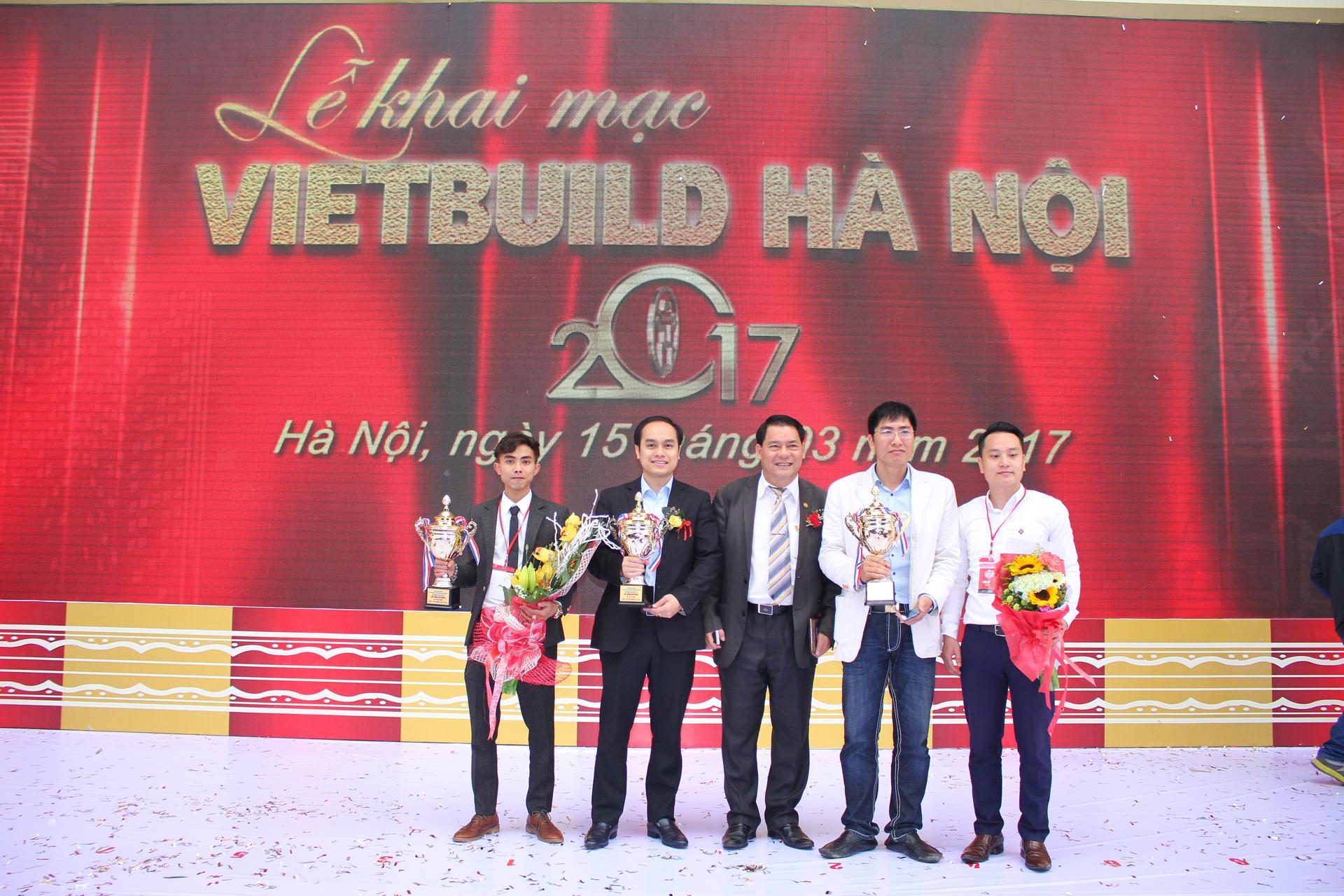Ông Phạm Văn Tuấn – Đại diện Nhà máy Nhôm Đô Thành nhận Cup tại triển lãm.