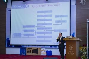 Ông Nguyễn Thái Sơn chia sẻ quy trình sản xuất nhôm đạt chuẩn.