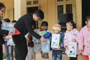 Trao quà cho các em học sinh