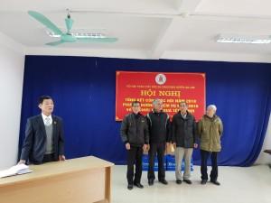 Những cựu chiến binh nhiễmchất độc da cam/dioxin huyện Gia Lâm lên nhận quà